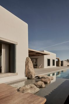 World Architecture Community News - K Studio built small holiday villa with round-edged volumes and shading elements in Mykonos Cabinet D Architecture, Architecture Design, Minimalist Architecture, Sustainable Architecture, Pergola Patio, Backyard, Studio Build, Exterior Design, Future House