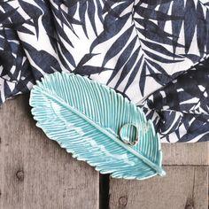 Coupelle / vide poche en forme de feuille par Temerity Jones. Une grande feuille en céramique qui fera rentrer un peu de nature dans votre maison.
