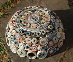Rolled Paper Roses Tutorial - I could use pretty double sided scrap book paper and glue on stems to put in vintage bottles. Or a mix of vintage book pages and scrap book paper Recycled Magazine Crafts, Recycled Paper Crafts, Recycled Magazines, Recycled Crafts, Recycled Jewelry, Rolled Magazine Art, Magazine Bowl, Rolled Paper Art, Paper Bowls
