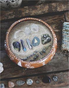 20 Wedding Traditions From Around The Globe On donne des pierres aux invités et on leur demande de les garder le temps de la cérémonie. Une fois terminée, ils placent les gemmes dans le bol de l'unité qui sera gardé par les mariés pour se souvenir du soutien de leurs proches