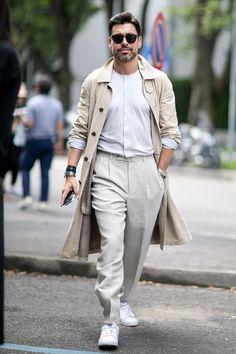 Gabardina Pensando ya más en septiembre que en el verano, la gabardina es una prenda a usar año tras año sobre cualquier look.