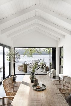 An Effortlessly Stylish and Relaxed Summer Vibe from House Doctor House styles Let's Celebrate Summer with this Awe-Inspiring and Effortlessly Stylish Outdoor Space - NordicDesign House Doctor, Style At Home, Modern Lake House, House By The Lake, House And Home, Modern Beach Houses, Modern Beach Decor, White Beach Houses, Modern Log Cabins