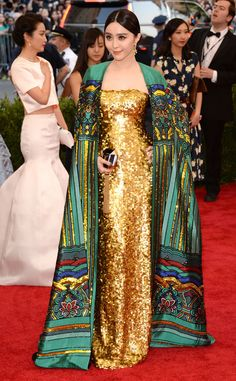 Worst: Fan Bingbing in Christopher Bu. I like the dress its self but i really don't like the cape thing. It just makes the beautiful dress look tacky.