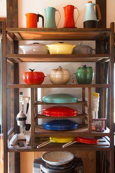 「ヴィンテージのル・クルーゼや、DANSKのホーローの鍋を集めています」 ピーマンやニンニクの形の鍋は新しいものだそう。