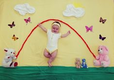 Over 40 cool baby photos ideas for a creative photo shoot - baby - neugeborene Monthly Baby Photos, Newborn Baby Photos, Baby Poses, Newborn Boy Clothes, Baby Girl Pictures, Baby Boy Photos, Summer Baby Photos, Funny Baby Pictures, Baby Images
