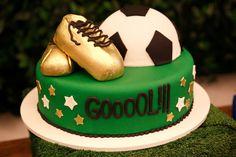Bolo decorado com chuteira e bola para tema Futebol - Pedro Gissoni - 7 anos