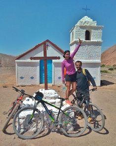 Sou apaixonada por pegar uma bike e chegar a lugares do deserto onde nao há mais ninguém! E com um guia, dá pra chegar até nessa igrejinha no meio do nada! Chile, Sidewalk, Places, Viajes, Salar De Uyuni, Santiago, Norte, Sunday, Black