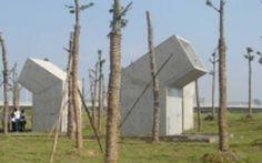 Smettiamo per una volta di considerarli solo dei bagni. Perché anche le toilet pubbliche possono essere opere d'arte. Anche se alcune di esse possono metterci un po' a disagio nell'usarlo: è il caso, probabilmente, dei bagni pubblici interamente in vetro costruiti in un parco a Changsha, nella provincia cinese di Hunan province. All'insegna dellla massima trasparenza (Reuters)