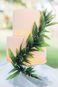 peach and gold wedding cake @weddingchicks