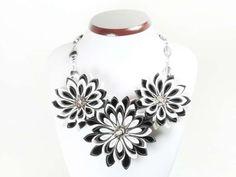 Colier alb-negru cu flori kanzashi