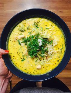 Ma ebédre alapléből készült levest csináltunk. Került bele kókusztejszín, csirkehús, rizstészta, brokkoli, hagyma, curry és friss fűszerek is. Mi nagyobb adag alaplevet szoktunk készíteni, amiből kerül a fagyasztóba is, így gyorsan felhasználható ragukhoz, levesekhez, rizottókhoz. Szép napot Nektek.