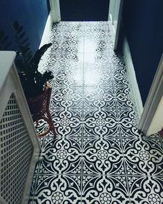 flooring options Real Home Inspiration: ceramic tile flooring vs hardwood that look beautiful Hall Tiles, Tiles Uk, Tiled Hallway, Hallway Paint, Modern Hallway, Hall Flooring, Linoleum Flooring, Stone Flooring, Floors