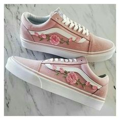 BASSO TOP Unisex Custom Rose Ricamato floreale Patch Vans Old-Skool Sne .LOW TOP Sneaker Vans Old-Skool con patch ricamate floreali rosa personalizzate unisex, # Custom Vans Sneakers, Black Shoes Sneakers, Women's Vans, Tenis Vans, Vans Sk8, Gq, Street Style Photography, Art Photography, Fashion Photography