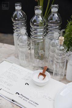 Mit diesen Glasflaschen wird jedes Getränk schön präsentiert. Glass Of Milk, Dip, Drinks, Food, Glass Bottles, Products, Love, Nice Asses, Drinking