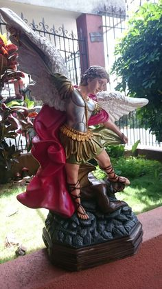 Arcángel San Miguel en Cerámica Samurai, Fair Grounds, Saints, Archangel Michael, Home Altar, Unicorn Birthday Parties, French Art, Religious Pictures, Samurai Warrior