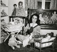 YOUNG ELIZABETH TAYLOR VINTAGE 1943 NATIONAL VELVET PHOTOGRAPH DOLL COLLECTION