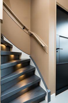 Gezien bij vtwonen: deze schitterende trap in het decor Blue Ice past geheel in een modern en stoer interieur!