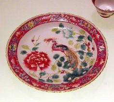 """IMGP7184 Paris - Musée du quai Branly - """"Baba Bling"""" - La culture chinoise à Singapour. Assiette """"famille rose"""" - Chine - Début XXe siècle"""