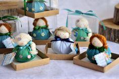 Fofurinhas em forma de sachet perfumado. Uma excelente opção de lembrancinha de maternidade ou outra ocasião que exija algo feito com carinho. mede 8 cm de altura. Caso queira a Tag com nome terá acrescimo de 1,00 ( um real) por unidade. Homemade Dolls, Baby Crafts, Amigurumi Doll, Pin Cushions, Doll Toys, Cross Stitch, Packaging, Christmas Ornaments, Holiday Decor