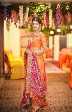 50 Ideas For Indian Bridal Hairstyles With Dupatta Color Combos Shadi Dresses, Pakistani Formal Dresses, Pakistani Wedding Outfits, Bridal Outfits, Indian Dresses, Indian Outfits, Pakistani Couture, Pakistani Bridal, Bridal Lehenga