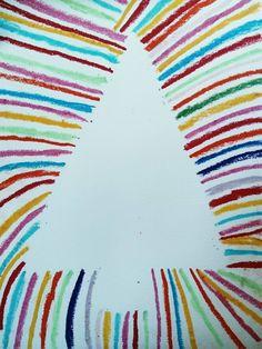 le sapin rayonnant est réalisé aux pastels gras. le patron du sapin doit être réalisé par un adulte et scotché sur une feuille blanche . les enfants peuve