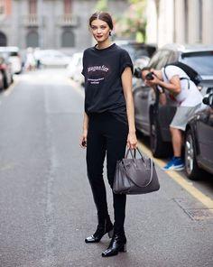 camiseta cinza, calça skinny preta e batom
