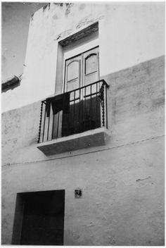 Detall del balcó de la casa núm. 2 del carrer Carreta de Sitges ( Barcelona). 1942. Autor desconegut. 27583F MMB Magazine Rack, Stairs, Furniture, Home Decor, Stairway, Decoration Home, Room Decor, Staircases, Home Furnishings