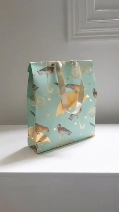 Creative Gift Wrapping, Creative Gifts, Wrapping Gifts, Diy Gift Bag Using Wrapping Paper, Diy Crafts For Gifts, Paper Crafts, Diy Paper Bag, Gift Wrapping Techniques, Diy Gift Box