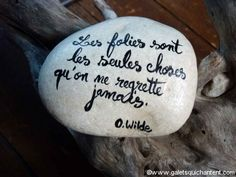 Les folies sont les seules choses qu'on ne regrette jamais! Write a favourite quote or special message upon a rock. Pebble Painting, Pebble Art, Stone Painting, Take A Smile, Just Smile, Good Morning Images Hd, Garden Deco, Stone Crafts, Land Art