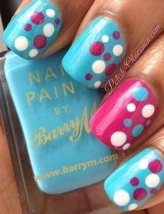 Diseño de uñas celeste con rosado con puntos