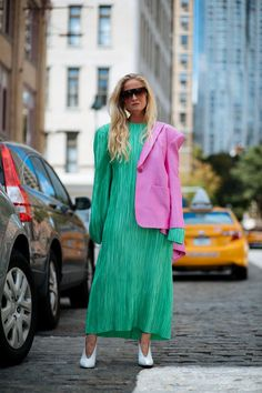 New York Fashion Week Spring 2018 Best Street Style Street Style Trends, Best Street Style, New York Fashion Week Street Style, Spring Street Style, New York Street, Cool Street Fashion, Colourful Outfits, Cool Outfits, New Yorker Mode