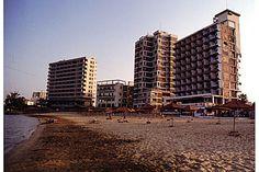 Varosha (Chypre)  Dans les années 1970, Varosha était la destination touristique de premier plan de l'île de Chypre. Mais, le 15 août 1974, après seulement deux ans d'existence, l'armée turque débarque en représailles de tirs grecs. La ville est évacuée puis encerclée de barrières grillagées. Depuis, les troupes sont toujours là. Les négociations internationales n'ont jamais abouti. En attendant, les immeubles s'abîment, les fenêtres tombent, et la végétation s'invite dans les appartements