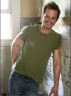 So many reasons to watch CSI:NY... and Carmine Giovinazzo is one of them. Oh that smile :-)