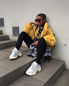 White sneakers are a necessity for every woman's closet. From street style looks, to athleisure style, these classic shoes are a must! Mode Outfits, Trendy Outfits, Fashion Outfits, Fashion Trends, Look Fashion, Urban Fashion, Winter Fashion, Fashion Mode, Fashion Fashion