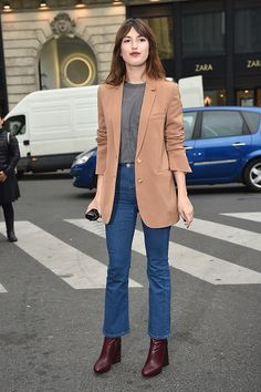 Model Jeanne Damas in einem Look mit Cropped Flare Jeans zur Paris Fashion Week im März 2015. © Photo by Jacopo Raule/GC Images