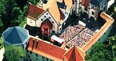 Die Burgfestspiele Jagsthausen gehen im Jahr 2012 in ihre 63. Spielzeit. Die Götzenburg ist ein Wahrzeichen der Gemeinde Jagsthausen, sie war der Stammsitz des Götz von Berlichingen und somit ein Schauplatz der Weltliteratur. Mit den Burgfestspielen lässt Jagsthausen Jahr für Jahr Goethes Götz am Originalschauplatz lebendig werden.