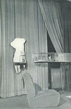 Casa Miller. Uno specchio evoca Venere, ha la forma di Venere: gli oggetti specchiati diventano misteriosi membri del corpo della dea giovinetta.