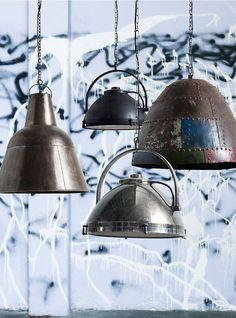 Opzoek naar een gave industriële lamp om in de woonkamer, hal of juist boven de eettafel te hangen? Neem een kijkje op onze website www.wantsandneeds.nl en zoek de lamp die helemaal bij jou past.
