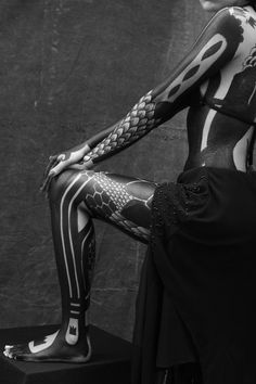 "Interview: Yusk Imai's Monochrome Bodypainting Project ""Exoskeleton"" - Trend Ideas Solid Black Tattoo, Black Tattoos, Tattoo Girls, Body Art Tattoos, Sleeve Tattoos, Tattoo Sleves, Monochrome, Tattoo Line, Tatoo"
