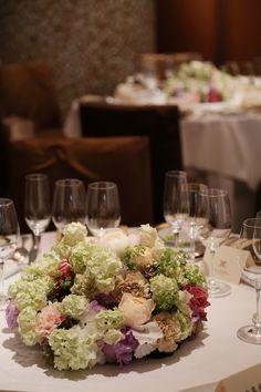 本日、代官山にある有名なフレンチレストランの メゾン ポールボキューズ様のウェディング装花。   ゲストテーブルは3種類あって、 これは6名...