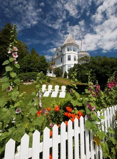 Mackinac Island one of my favorite places in Michigan... My parents had wedding photos taken here a few years ago <3