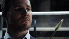 Ollie looking at a arrow - Arrow 2×01: City of Heroes