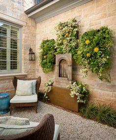 Da Danes Custom Homes, este jardim tem uma atmosfera romântica, enfatizada pelo jardim vertical delicado.