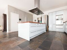 L'ardoise Peacock Multicolor souligne le caractère moderne d'une cuisine ouverte – stonenaturelle Slate Floor Kitchen, Kitchen Flooring, Slate Flooring, Room Tiles, Cuisines Design, Kitchen Island, House, Kitchens, Home Decor