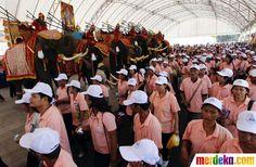 Gajah ramaikan demo May Day.  Gajah dan para buruh ikut merayakan aksi peringatan Hari Buruh Sedunia May Day di Bangkok.
