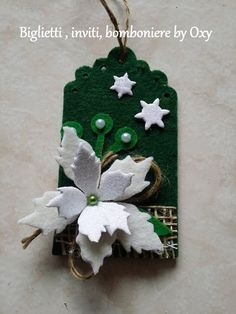 Tag chiudipacco natalizi in feltro. Quilted Ornaments, Paper Ornaments, Felt Christmas, Christmas Cards, Christmas Ornaments, New Years Eve Party, Xmas Gifts, Felt Crafts, Diy Cards