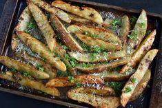 Crispy Garlic Potato Wedges Top Recipes, Side Dish Recipes, Potato Recipes, Vegetable Recipes, Great Recipes, Cooking Recipes, Favorite Recipes, Yummy Recipes, Potato Meals