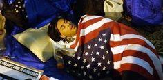 """Dans l'article COMPRENDRE. """"Occupy Wall Street"""" : qui sont les Indignés made in USA ? publié sur l'OBS monde, la journaliste relate un seul point de vue du sujet, celui des indignés des Etats-Unis mais en détaillant avec des parties qui sont repérables par des questions ce qui rend l'article simple et facile de compréhension."""