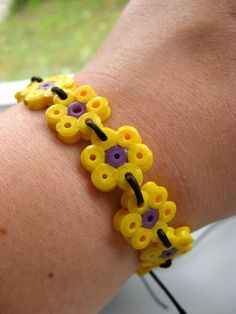 Hama bead / Perler bracelet to make Make each Daisy the color of the petals. A fun gift for once they have earned all their petals Perler Bead Designs, Hama Beads Design, Diy Perler Beads, Hama Beads Patterns, Perler Bead Art, Pearler Beads, Fuse Beads, Beading Patterns, Loom Patterns