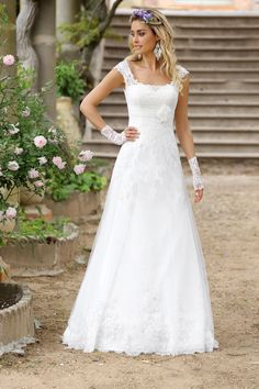Wedding dresses by Ladybird Bridal are stylish, affordable and have the perfect fit. Also plussize sizes, vintage and bohemian bridal wedding dresses! Modest Wedding Dresses, Elegant Wedding Dress, Wedding Bridesmaid Dresses, Wedding Attire, Bridal Dresses, Wedding Gowns, Best Gowns, Vestidos Vintage, Bride Gowns